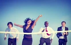 Begrepp för lopp för affärskvinna vinnande royaltyfri bild
