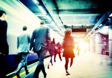Begrepp för lopp för pendlare för station för gångtunnel för affärsfolk royaltyfria bilder