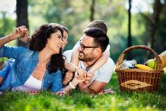 Begrepp för lycka för avkoppling för samhörighetskänsla för familjpicknickdet fria fotografering för bildbyråer