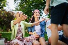 Begrepp för lycka för avkoppling för samhörighetskänsla för familjpicknickdet fria arkivfoton