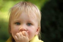Begrepp för lycka för barnbarndombarn Behandla som ett barn spädbarnet med blåa ögon på gullig framsida Royaltyfri Bild