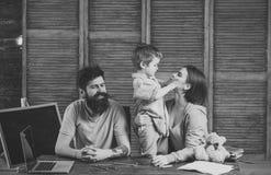 Begrepp för lycka för barnbarndombarn Pojke som lyssnar till mamman och farsan med uppmärksamhet Familjen att bry sig om utbildni Arkivfoton