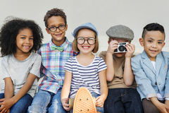 Begrepp för lycka för barnkamratskapsamhörighetskänsla skämtsamt arkivfoto