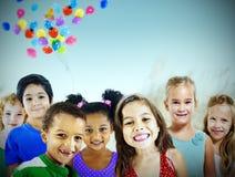Begrepp för lycka för barnungemångfald utomhus gladlynt arkivfoton