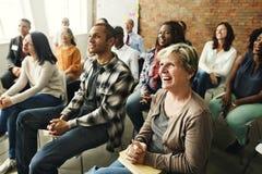 Begrepp för lycka för folkmångfaldåhörare lyssnande roligt royaltyfri fotografi