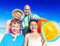 Begrepp för lycka för lopp för hav för sommar för familjsemester Royaltyfria Bilder