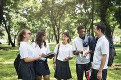 Begrepp för lycka för mångfaldstudentvänner royaltyfri bild