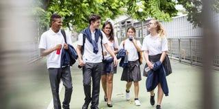 Begrepp för lycka för mångfaldstudentvänner royaltyfria bilder