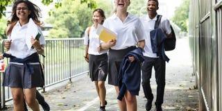 Begrepp för lycka för mångfaldstudentvänner royaltyfri foto