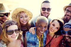 Begrepp för lycka för strand för sommar för kamratskapbindningavkoppling arkivfoton