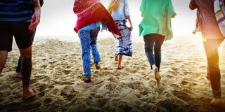 Begrepp för lycka för strand för sommar för kamratskapbindningavkoppling royaltyfria bilder