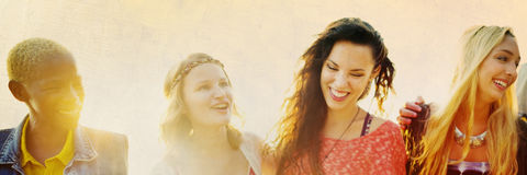 Begrepp för lycka för strand för sommar för kamratskapbindningavkoppling royaltyfria foton