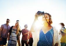 Begrepp för lycka för strand för sommar för kamratskapfotografiavkoppling royaltyfri bild