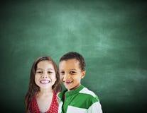 Begrepp för lycka för utbildning för barnungemångfald gladlynt arkivfoton