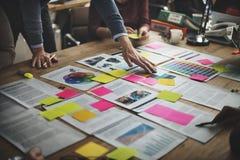 Begrepp för möte för kläckning av ideer för affärsfolk olikt arkivbilder