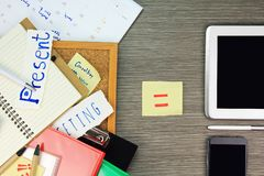 Begrepp för mapplagring Mappar och mappen för pappers- dokument jämför med informationsteknik om data arkivbilder