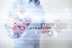 Begrepp för marknadsföringsstrategi på den faktiska skärmen för färgbegrepp för bakgrund blåa internet korgen 3d coins att shoppa Royaltyfria Bilder