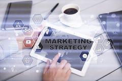 Begrepp för marknadsföringsstrategi på den faktiska skärmen Internet som annonserar begrepp Arkivbild