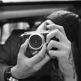 Begrepp för medel för fotografCamera Man Shooting bil Royaltyfria Foton