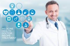 Begrepp för medicinsk service med doktorn som trycker på på en digital stenras royaltyfri foto