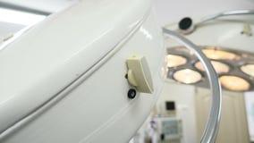 Begrepp för medicinsk utrustning Closeup som skjutas av medicinskt ljus som lokaliseras i en operationssal på en sjukvårdklinik 4 arkivfilmer