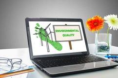 Begrepp för miljö- kvalitet på en bärbar datorskärm royaltyfria bilder
