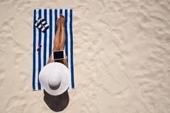 Begrepp för mode för sommarferie - garva bärande solhatt a för kvinna arkivbild