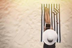 Begrepp för mode för sommarferie - garva bärande solhatt a för kvinna arkivfoto