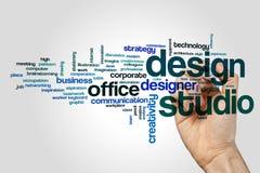 Begrepp för moln för designstudioord på grå bakgrund arkivbild
