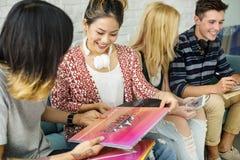 Begrepp för musik för underhållning för mångfaldstudentvänner fotografering för bildbyråer