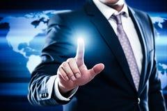 Begrepp för nätverk för affärsteknologiinternet Affärsmannen väljer fritt tomt utrymme för text på världskartabakgrund royaltyfri bild