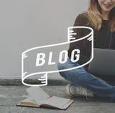 Begrepp för nöjd livsstil för Blogger för blogg Blogging online- royaltyfria bilder
