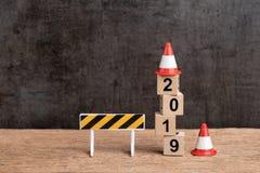 Begrepp för nytt år för år 2019 ändrande, under konstruktionstecken och royaltyfri fotografi