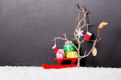 Begrepp för nytt år av det kala trädet med tumvanten, känga, snöflinga, Chr Arkivbilder