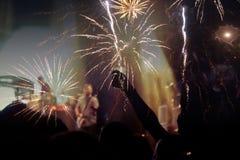 Begrepp för nytt år - bifallfolkmassa och fyrverkerier Arkivfoto