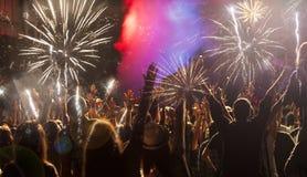 Begrepp för nytt år - bifallfolkmassa och fyrverkerier Royaltyfria Foton