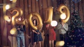 Begrepp för nytt år 2019 Folket firar nytt år med ballonger i form av numret 2019 stock video