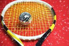 Begrepp för nytt år för jul med diskobollen som tennisboll på en t royaltyfri fotografi