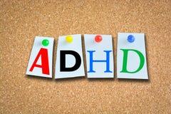 Begrepp för oordning för hyperactivity för uppmärksamhetunderskott med ADHD-text på korkaffischtavlan royaltyfri foto