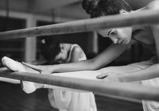 Begrepp för oskyldig för övning för ballerinabalettdans arkivfoto