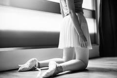 Begrepp för oskyldig för övning för ballerinabalettdans arkivbilder