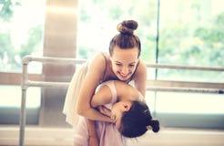 Begrepp för oskyldig för övning för ballerinabalettdans royaltyfria bilder