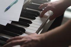 Begrepp för pianokurser, coachning-, undervisning- eller utbildnings arkivfoto