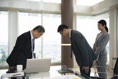 Begrepp för pilbåge för affärspartnerinledningshandskakning arkivbilder