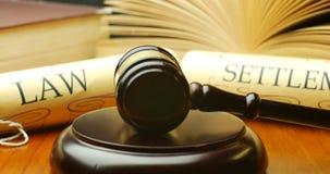 Begrepp för prosess för lagbosättningrättvisa med auktionsklubban och hammaren arkivfilmer