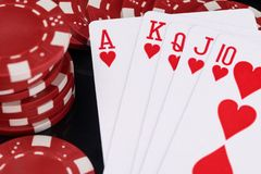 Begrepp för röda pokerchiper och för spela kort på svart bakgrundsslut upp royaltyfri foto