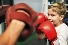 Begrepp för rörelse för övning för pojkeutbildningsboxning arkivfoto