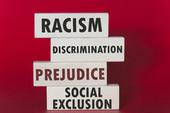 Begrepp för rasism, för diskriminering, för fördom och för socialt uteslutande arkivbild