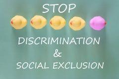 Begrepp för rasism, för diskriminering och för socialt uteslutande arkivfoton