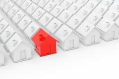 Begrepp för Real Estate egenskapsbransch Rött hus in bland vit Royaltyfria Bilder